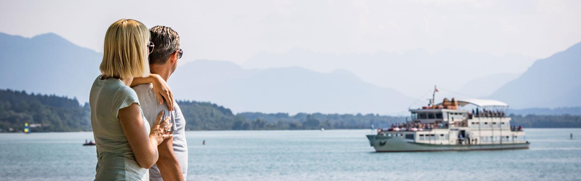 Blick auf den Chiemsee mit Schiff